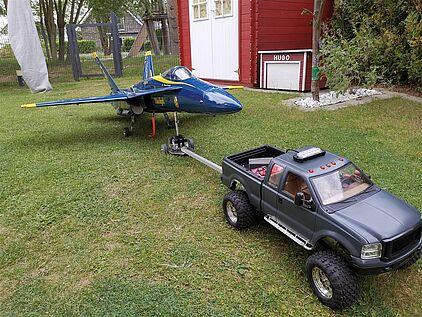 RC Auto zieht einen Modelljet