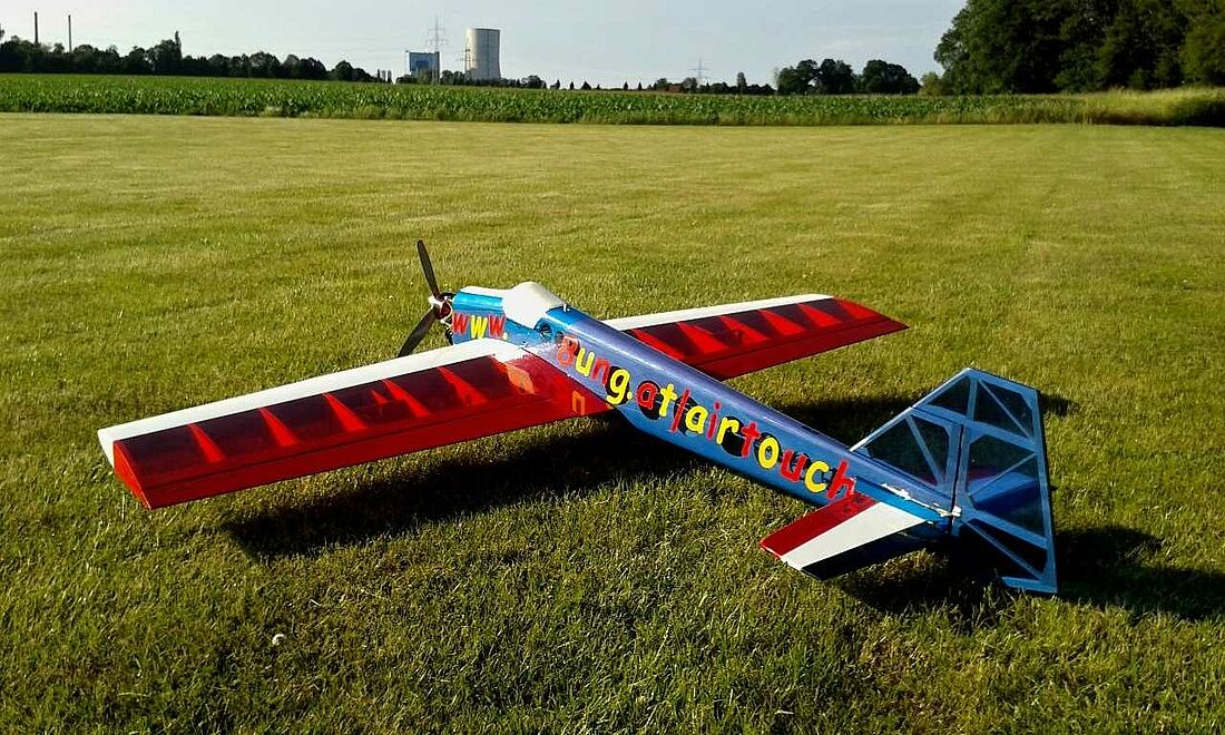 Ein rot blaues F3A Modell selbst gebaut