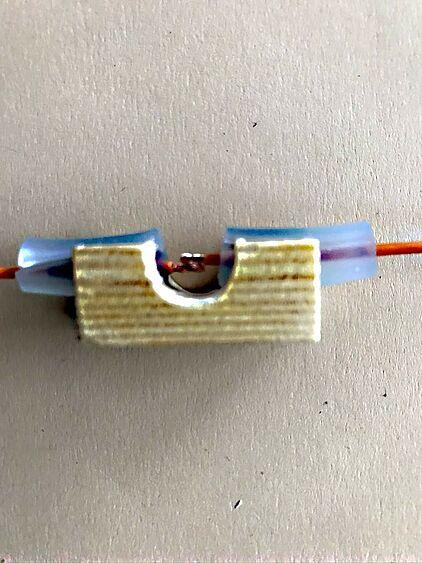 In der Mitte werden die Kabel miteinander verlötet.